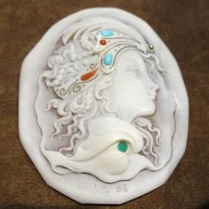 貝に浮き彫りを施したシェルカメオ(ガロファロ)